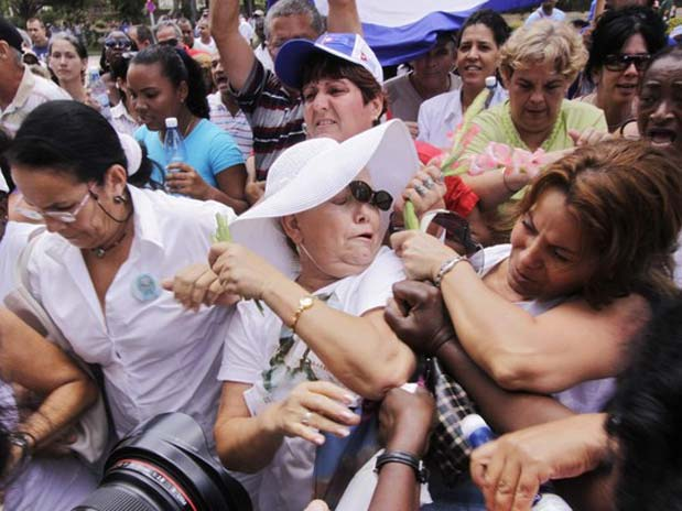Laura Pollán being assaulted by a government organized mob. Source: http://paraclito.net