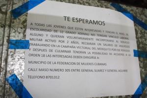Anuncio-de-Reclutamiento-de-mujeres-para-las-FAR-colocado-en-un-mercado-de-El-Cerro-en-La-Habana-Foto-de-Jose-Hugo-Fernandez-300x200