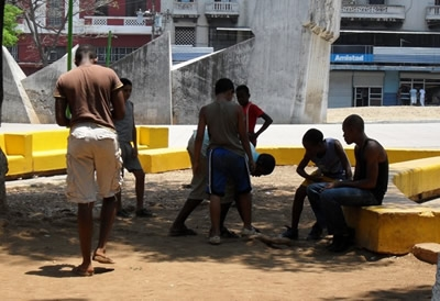 Children and teens playing in the street. Photo: Luz Escobar
