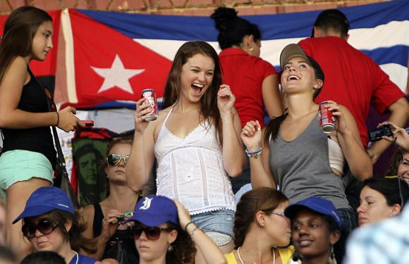norteamericanos-dusfrutan-bandera-cubana-al-fondo