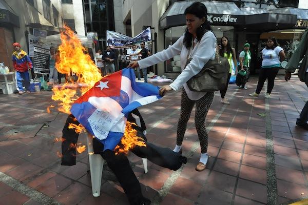 Venezuela-queman-bandera-cubana