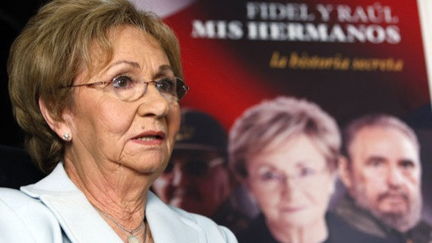 Juanita Castro Ruz in front of the cover of her book (14ymedio)