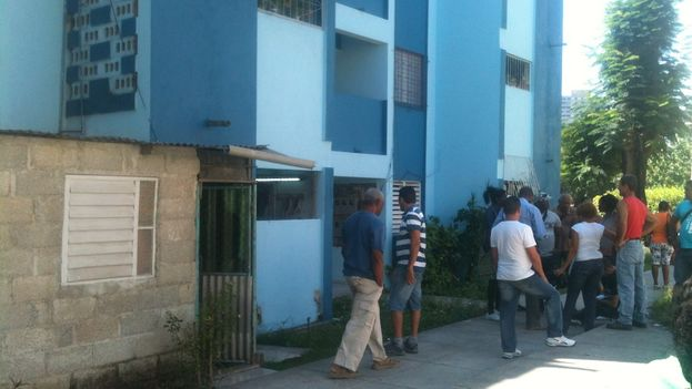 Inspectors arrive to demolish an illegal construction (Luz Escobar)