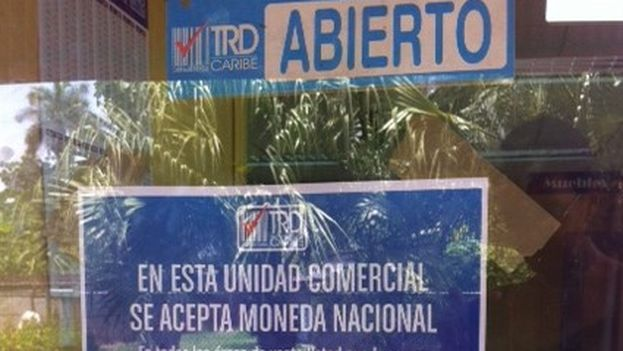 A store that accepts payment in both currencies. (14ymedio)