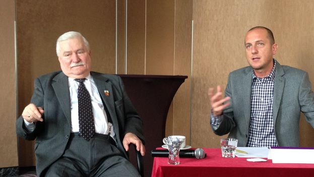 Lech Walesa during the conversation with Cuban activists, with his translator Tomasz Wodzyński