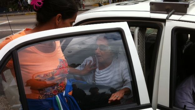 Ladies in White put in police cars. (14ymedio)