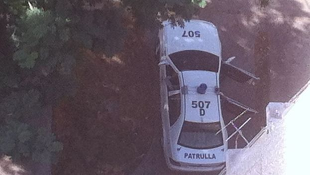 The police car in front of the apartment of Reinaldo Escobar and Yoani Sanchez. (14ymedio)