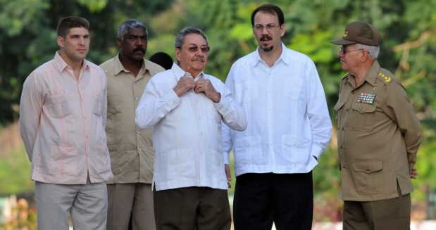 Raul Castro with his son  Alejandro and his grandson-bodyguard Raúl Guillermo. (MARTINOTICIAS)
