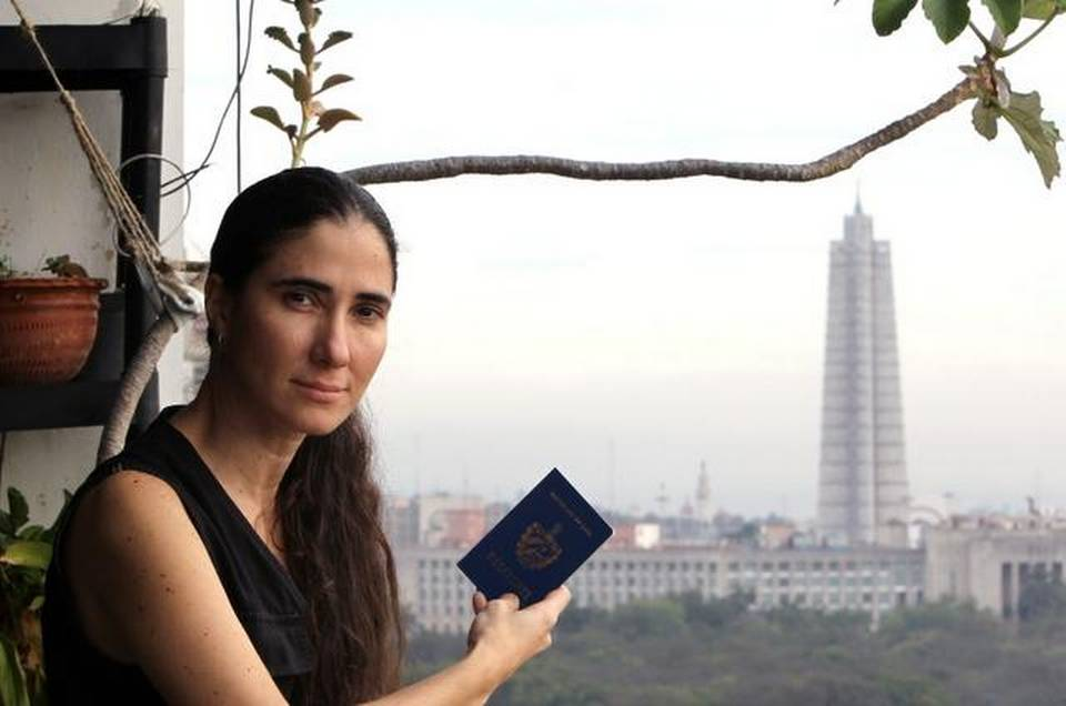 Yoani Sánchez in January 2013, showing her new passport at home in Havana (Cuba). ALEJANDRO ERNESTO (EPA) EFE