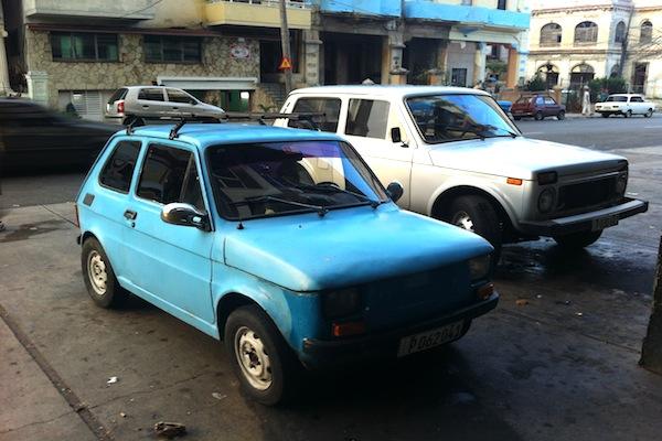 AUTO-POLSKICOLOR-AZUL-EN-SEGUNDO-PLANO-LADA-NIVA-1600FOTO-CAMILO-ERNESTO-OLIVERA-1
