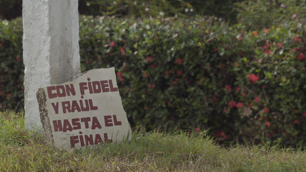 "Graffiti in support of Fidel and Raul Castro ""With Fidel and Raul Until the End"" (14ymedio)"
