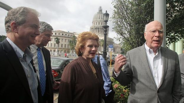 Patrick Leahy, Debbie Stabenow, Chris Van Hollen and Sheldon Whitehouse entering their hotel in Havana. (EFE / Ernesto Mastrascusa)