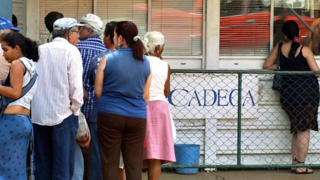 Several people stand on line at a currency exchange (CADECA). (EFE)