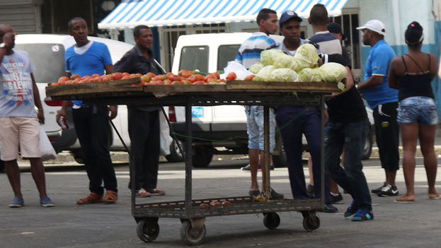 Police approach the portable stand with illegal wheels (14ymedio)