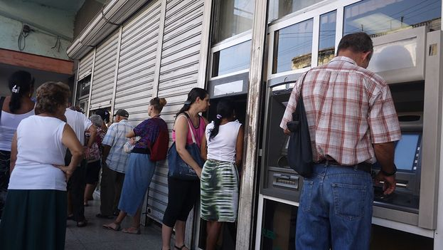 Lines at Cuban ATMs grow on weekends (14ymedio)