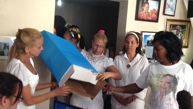 Ladies in White showing empty ballot box before voting. (14ymedio)
