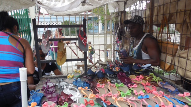 Plastic footwear stall at the market of La Cuevita (14ymedio)