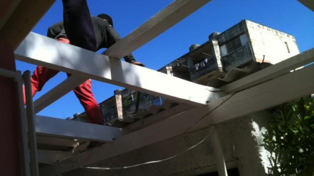 Removing Gisel's roof (Juan Carlos Fernandez)