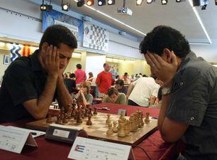 Arian Gonzalez Perez plays against Yuniesky Quesada Perez (personal photo)