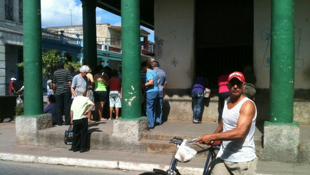 Line to buy potatoes in Pinar del Río. (14ymedio)