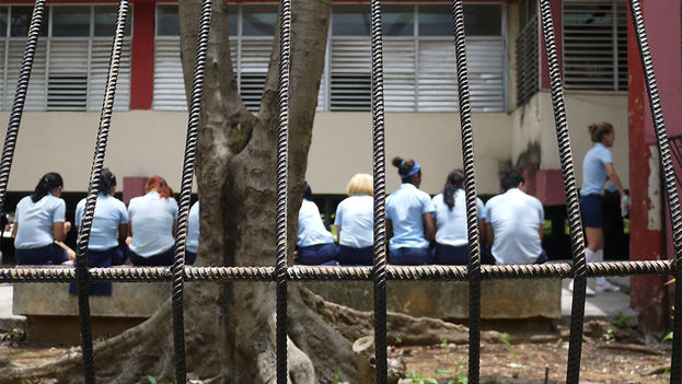 Students waiting to access the admission examination in mathematics at Havana's José Miguel Pérez High School. (14ymedio)