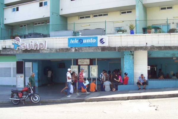 ETESCA Telepunto office.  Long lines to access email and internet service (Photo by the author)
