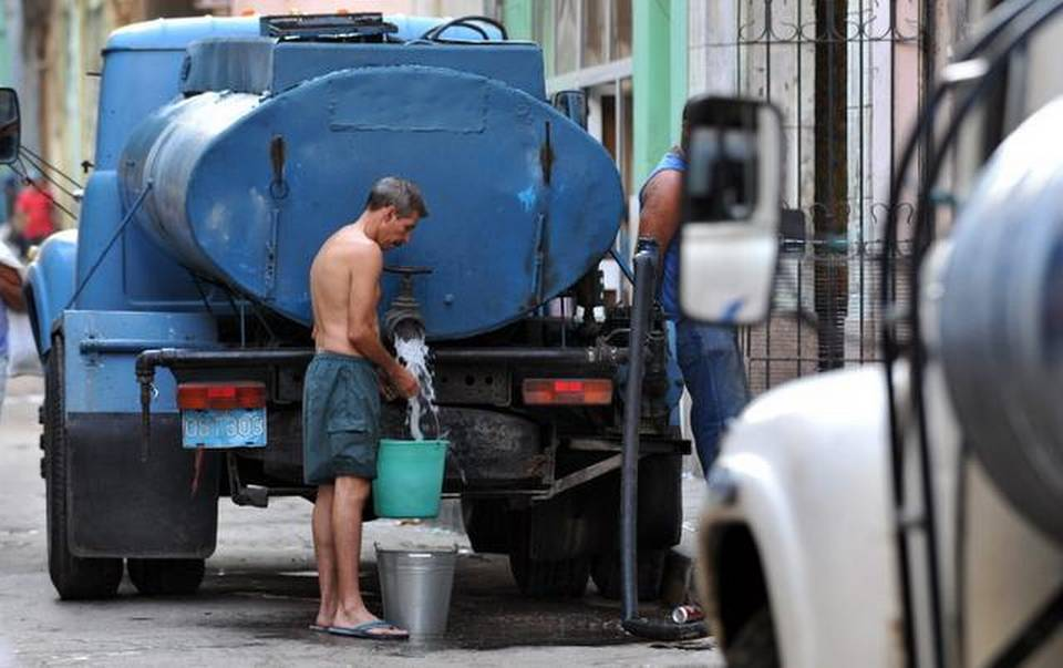 Caption:  Blackouts and water shortages go hand in hand in the daily tribulations of Havana