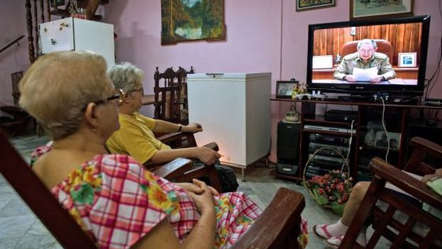 In Cuba, housewives spend six hours a day watching television. (El Pais)