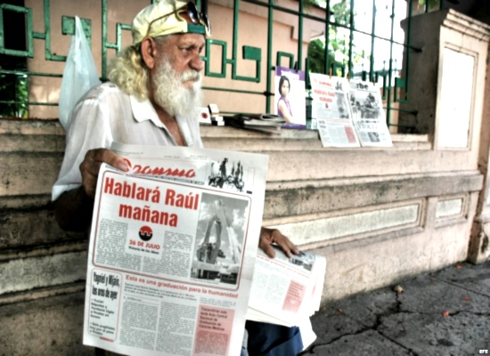 "Archive photo Cubanet.org. An elderly man selling Granma. Headline: ""Raul will speak tomorrow"""