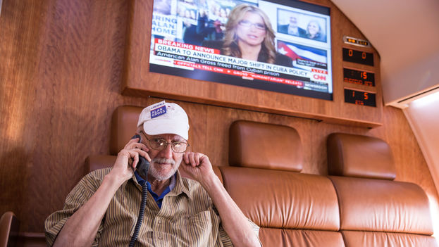 Alan Gross on the plane returning him to the US after his five years in a Cuban prison (CC)