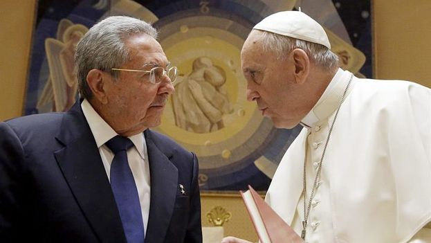 The meeting between Raul Castro and Pope Francisco. (EFE)