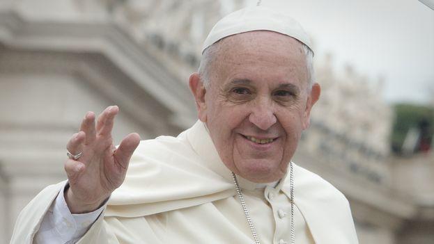 Francis I greeting the faithful. (CC)