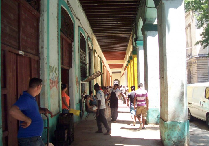 Outside the businesses, in the doorways, people resell products on the black market, in view of everyone (photo by the author).