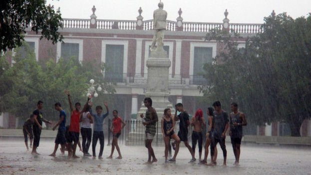 Young Holguineros celebrate the arrival of rain in Calixto Garcia park in the city center (Donate)