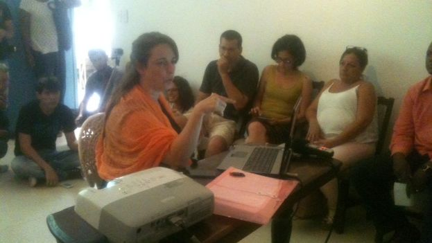 Tania Bruguera during the discussion group at her home in Havana Vieja (14ymedio)
