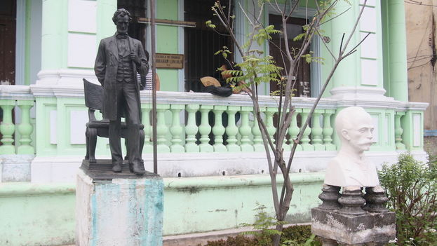 Sculpture of Abraham Lincoln at the most popular language school in Havana. (14ymedio)