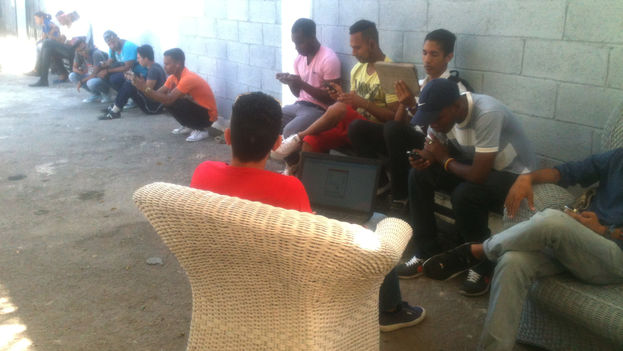 The area outside Kcho's Romerillo Studio has become a meeting point for those seeking wifi. (14ymedio)
