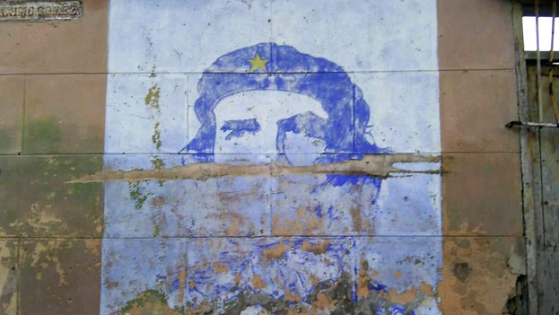 The murals with the Argentinean's face cannot escape the wear and tear of a reality that little resembles what he planned