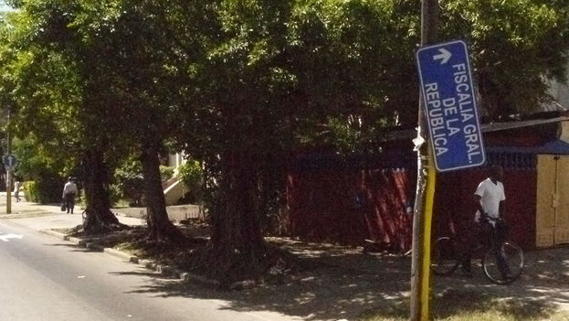 A traffic sign on the verge of disappearing. (14ymedio)
