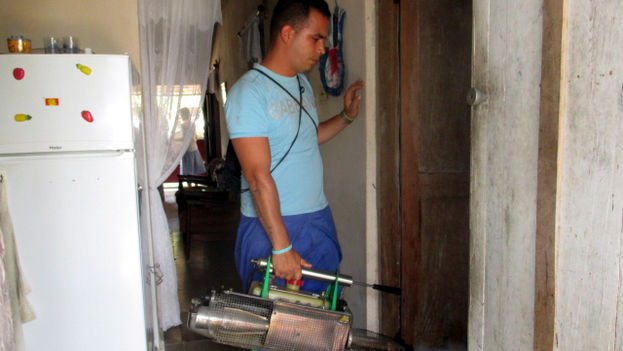 An operator fumigating a house in Holguin City (14ymedio)