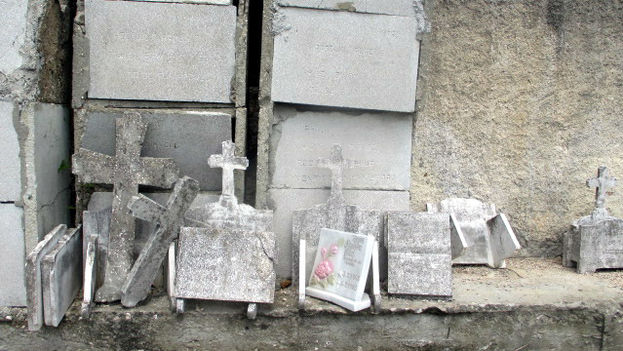 Broken tombstones in the Mayabe cemetery, Holguin. (14ymedio)