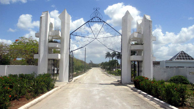 Gate to the Mayabe, Holguin, graveyard, one of the biggest on the island. (14ymedio)