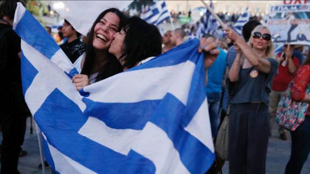 Griegos-celebrando-calles-Atenas-TwitterGawker_CYMIMA20150705_0012_16