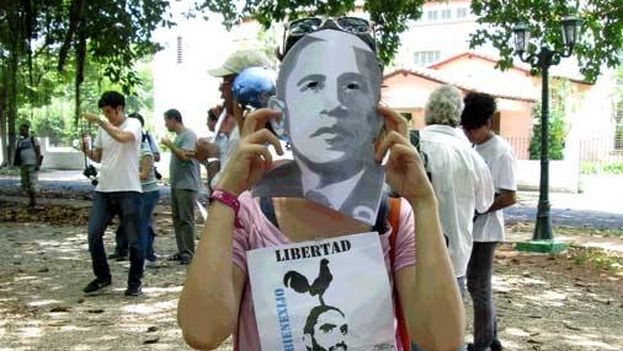 During the march of the Ladies in White on Sunday August 9, some demonstrators wore masks of Barack Obama. (Twitter /ForoDyL)