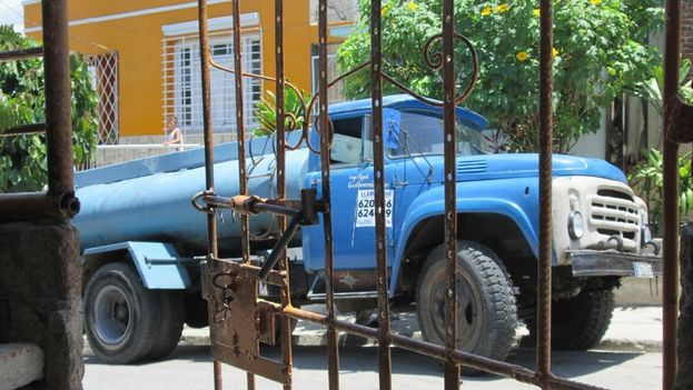 Tankers like this, in Santiago de Cuba, distribute water for the province. (Yosmani Mayeta)