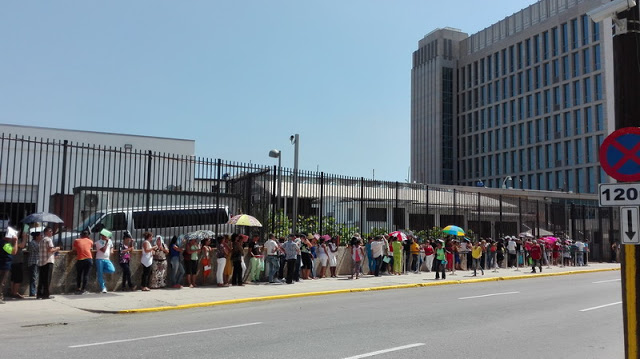 Dozens of Cubans line up every day in front of the US embassy in Cuba to request an interview. Photo: Roberto J. Guerra