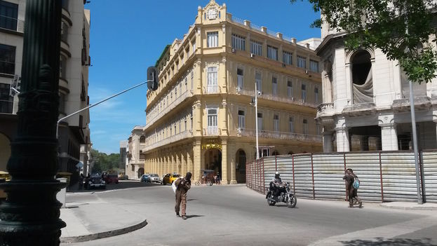 Facade of the Plaza Hotel in Old Havana (14ymedio)