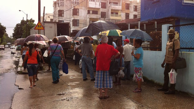 The shortages and high food prices have led many retirees to stand in line for others.(14ymedio)