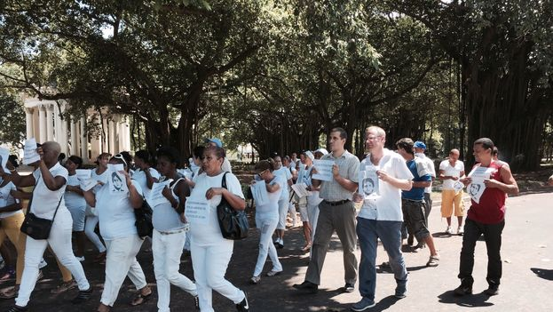 Chilean congressman Felipe Kast marching with the Ladies in White in Havana.