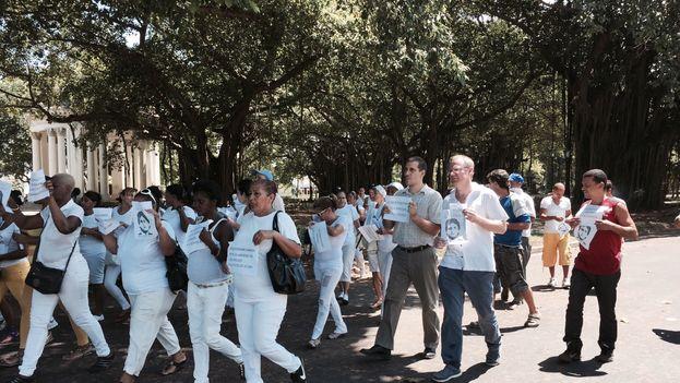Chilean congressman Felipe Kast marching with the Ladies in White in Havana.
